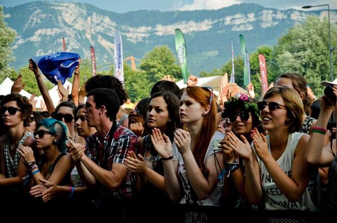 Chaque après-midi, dès l'ouverture des portes, des centaines de fans accourent pour se poster au plus près des scènes où se produisent les artistes.
