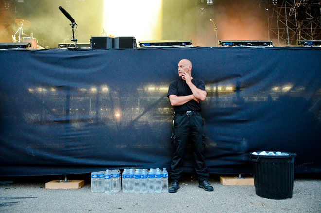 Posté dos aux scènes, un service de sécurité s'assure du bon déroulement des concerts.