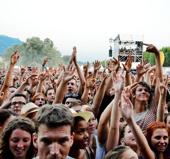 Les Suédois de The Hives ont embrasé l'Esplanade du Lac lors d'un show à grosses guitares, dimanche 14 juillet.
