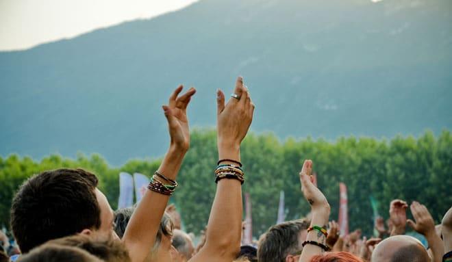 Les applaudissements ont été nourris pour le toujours très engagé Damien Saez, vendredi 12 juillet. « En France, les immigrés chantent en français et les p'tits bourgeois chantent en anglais. Alors, où est le vrai problème d'identité ? », a lancé le chanteur d'origine savoyarde.