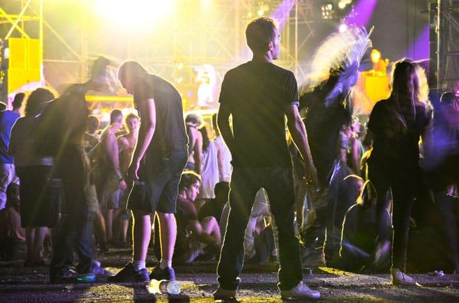 Une poignée de festivaliers déambulent entre ombres, flou et lumières pendant la performance de la New-yorkaise Azealia Banks, vendredi 12 juillet.