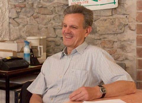Raymond Avrillier, dans les locaux de l'Ades. © Nils Louna - placegrenet.fr