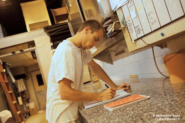 00h15 : Sylvain commence son travail par la vérification des commandes.