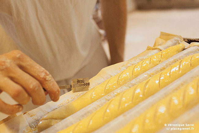 01h20 : découpe à la lame pour éviter l'éclatement de la pâte.