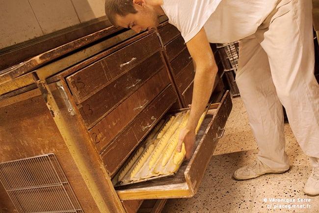 01h20 : placement des pains viennois dans un Parisien pour faire lever la pâte.