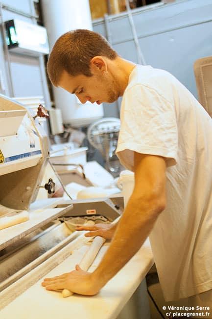 01h40 : façonnage des baguettes.
