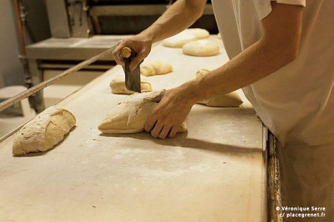 03h15 : découpe en vrac du Campaillou, un pain vendu au kilo.