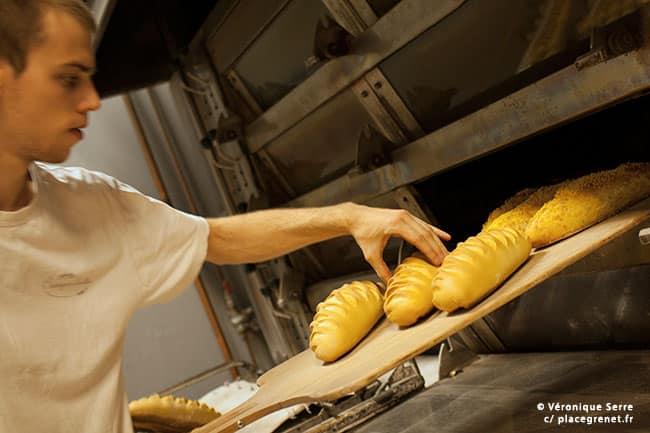 03h47 : Sylvain vérifie la cuisson du pain au toucher.