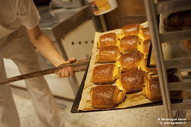 04h49 : les premiers pains au chocolat sont prêts.