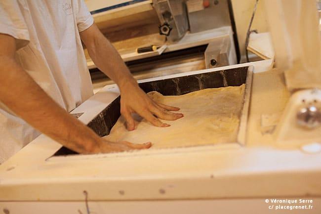 00h45 : découpe de la pâte à pain (dans une diviseuse) avant de placer les parts dans la balancelle.