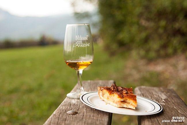 Tarte crème de marron et noix accompagnée d'un vin IGP Ardèche « Mon Cœur ».