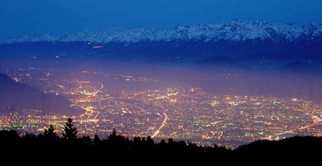 Grenoble de nuit et son fameux voile de pollution
