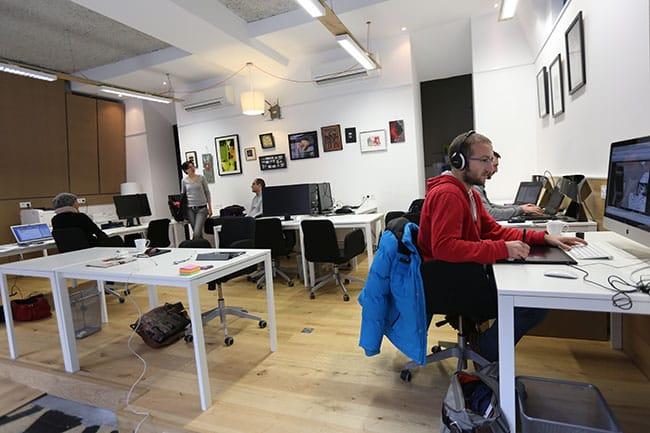 Interieur de l'espace de travail partagé Cowork in Grenoble avec Le Phare, accélérateur de startups visant à faire émerger de jeunes pousses du numérique