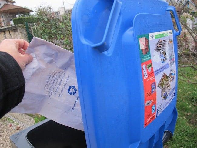 Aujourd'hui, le papier est jeté avec les emballages carton. La troisième poubelle (comme ici à Voiron) n'est pas encore à l'ordre du jour de la Métro. © Patricia Cerinsek/ placegrenet.fr