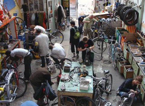 L'association Un p'tit vélo dans la tête qui recycle les vieux cycles et bicyclettes à Grenoble possède un atelier à Grenoble et un autre à Saint-Martin-d'Hères