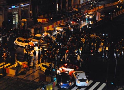 Suite au match de foot qualifiant l'Algérie pour le Mondial 2014, des supporters ont bloqué le carrefour Berriat - Jean-Jaurès à Grenoble et klaxonné tard dans la nuit