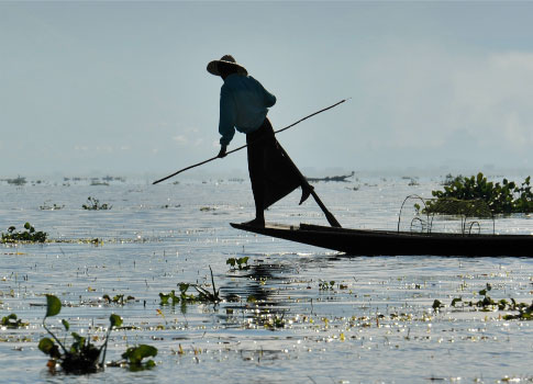 Pêcheur de la tribue Intha sur le lac Inlé en Birmanie Photographie
