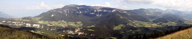 Vue panoramique du Vercors débat Place Gre'net sur le téléphérique reliant l'agglomération grenobloise au plateau du Vercors