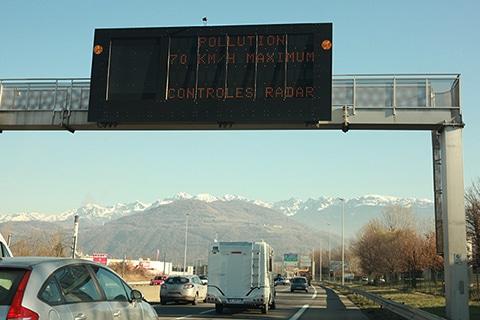 Alors que Bruxelles menace de sévir, Grenoble accélère le pas. Pour lutter contre la pollution de l'air, les interdictions de circulation vont s'accélérer.