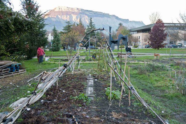 Les Jardins d'utopie sur le campus de Saint-Martin-d'Hères où des étudiants cultivent leur légume en autogestion contre la direction de la fac et la police avec vue sur les montagnes