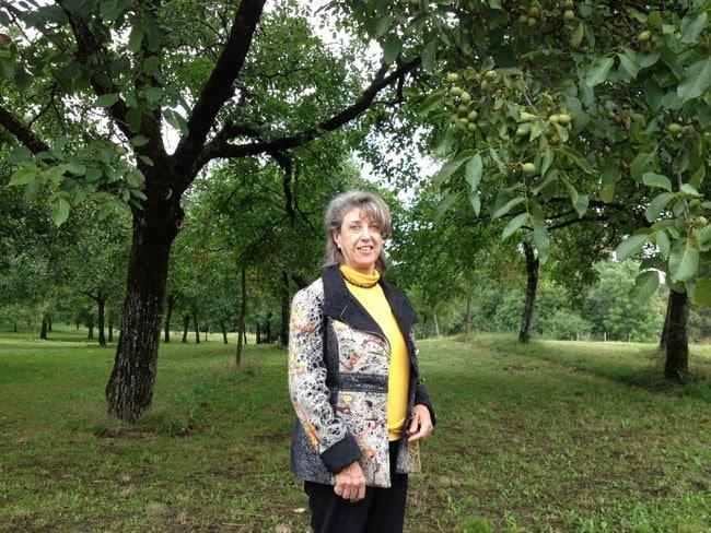 Michèle Bonneton députée de l'Isère dans une noyeraie abeilles et noix avec pesticides Frapna
