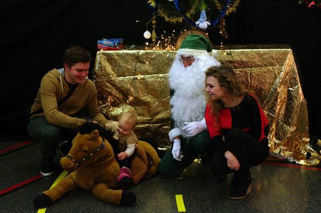 Photo en famille avec les Pères Noël Verts du Secours Populaire français Isère lors du libre service de Noël à Echirolles