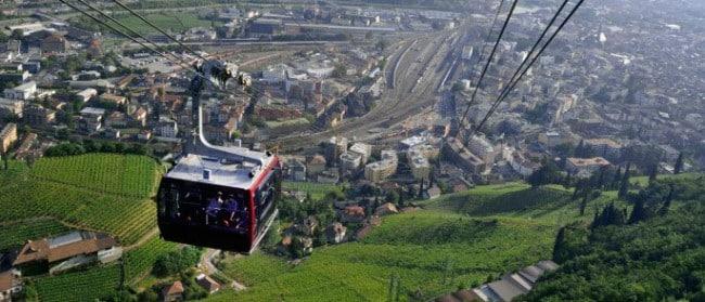 Vue du téléphérique débrayable 3S de Bolzano en Italie présentation des enjeux économiques débat Place Gre'net sur le câble entre l'agglomération grenobloise et le Vercors