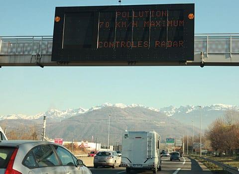 Pollution de l'air : après Paris et Lyon, les interdictions de circulation dans Grenoble concerneront les véhicules les plus polluants ce 24 janvier 2017.