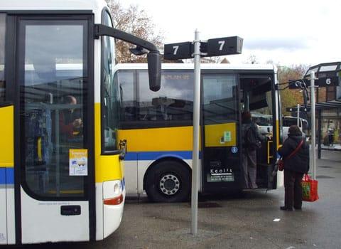 Cars des VFD en attente à la gare routière de Grenoble.