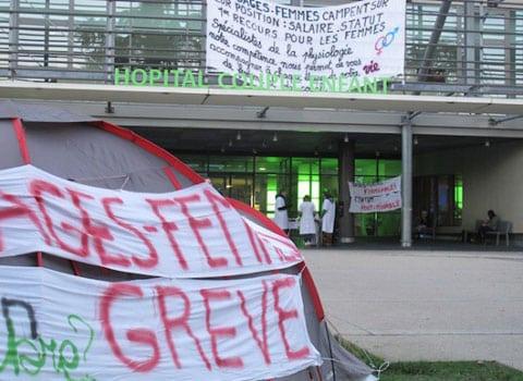 Le mouvement pour l'accouchement à domicile groupe informel de parents et de sage-femmes à l'origine de plusieurs rassemblements dans des villes en France dont Grenoble