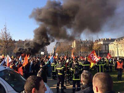 Manifestation de pompiers du Sdis 38 devant la préfecture de Grenoble