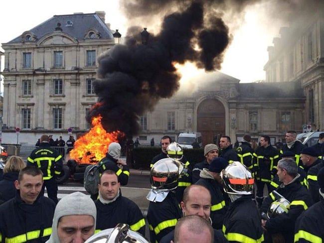 Manifestation de pompiers du Sdis 38 devant la préfecture de Grenoble en 2014. DR