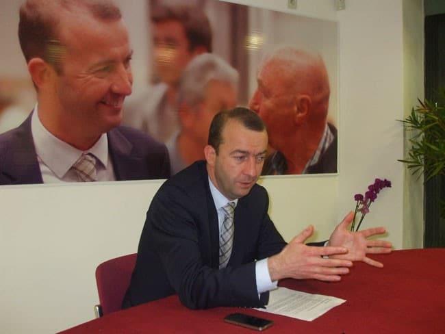Matthieu Chamussy tête de liste UMP pour les municipales dans son local de campagne place Jean Achard à Grenoble pour présenter son programme