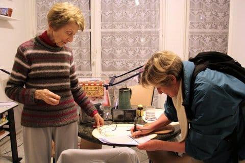 Jacqueline agent recenseur Insee à Grenoble remplit le questionnaire avec une personne âgée