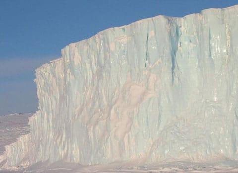 Glacier Île du Pin en Antarctique dont la glace fond à vue d'œil avec une élévation du niveau de la mer