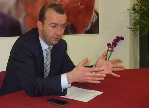 Matthieu Chamussy tête de liste UMP pour les municipales dans son local de campagne place Jean Achard à Grenoble