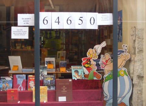 La vitrine de la librairie Arthaud à Grenoble le 9 janvier 2014 avec le nombre de signatures pour la pétition de soutien