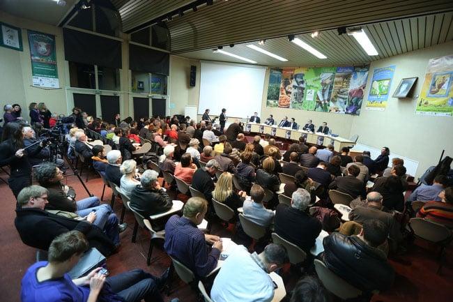 Public écoutant les six candidats municipales de Grenoble au débat public politique  de Place Gre'net et du Club de la presse
