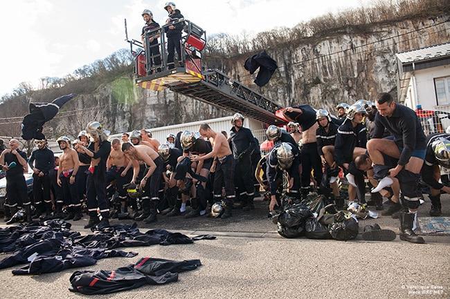 Les pompiers ont quitté leur tenue ce mercredi 12 février pour protester contre les 1607 heures. © Véronique Serre