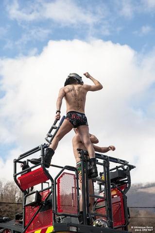 Les pompiers sans leur tenue pour protester contre les 1607 heures. © Véronique Serre