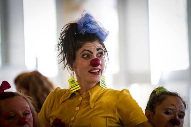 Véronique Tuaillon alias Rosalie clown bénévole de l'association Soleil rouge avec son nez rouge intervenant au CHU de Grenoble Photo de Edgar Barraclough