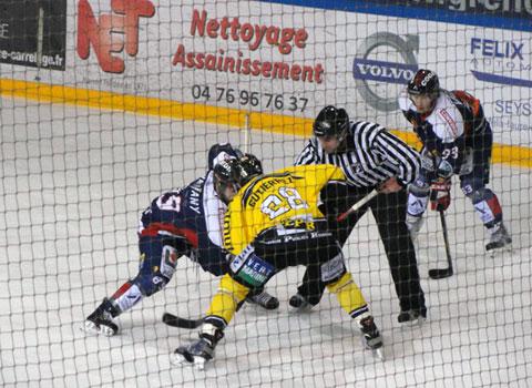 Match de hockey à la patinoire Pôle Sud entre les Brûleurs de loup de Grenoble et les Dragons de Rouen