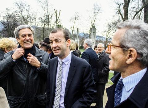 Richard Cazenave Matthieu Chamussy et Alain Carignon tout sourires pour la présentation de la liste Croire en Grenoble devant l'Hôtel de ville