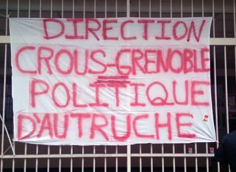 Banderole direction Crous Grenoble = politique d'autruche manifestation CGT
