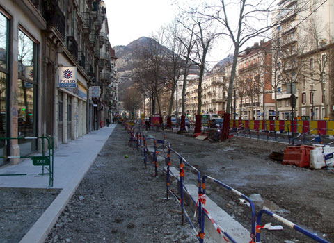 Trottoir en chantier pendant les travaux d'aménagement du tram avec à la clé des difficultés et des fermetures pour les commerces