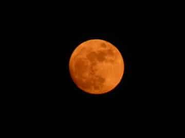 Lune rousse sur un ciel noir - André Weill yoga en prison