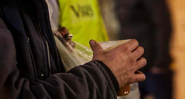 Matthieu Doncoeur tuteur bénévole au Samu Social de Grenoble Vinci Codex avec les sans-abris - série travail de nuit sur Place Gre'net © Véronique Serre - placegrenet.fr