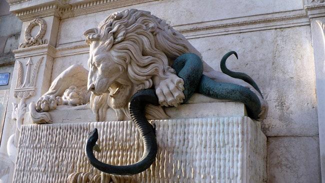 Plan rapproché sur la fontaine au lion domptant l'Isère sous forme de serpent Place de la cymaise à Grenoble au début de la rue Saint Laurent © Delphine Chappaz - placegrenet.fr