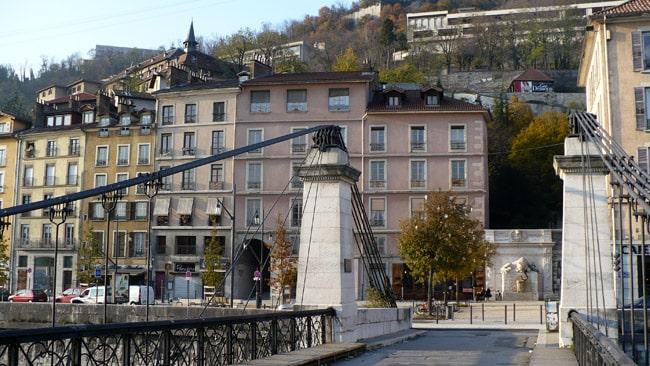 Vue des quais de l'Isère à Grenoble depuis la passerelle Saint Laurent avec la place Cymaise en arrière-plan © Delphine Chappaz - placegrenet.fr