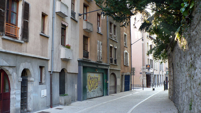 Les façades rénovées et colorées de la rue Saint Laurent à Grenoble © Delphine Chappaz - placegrenet.fr